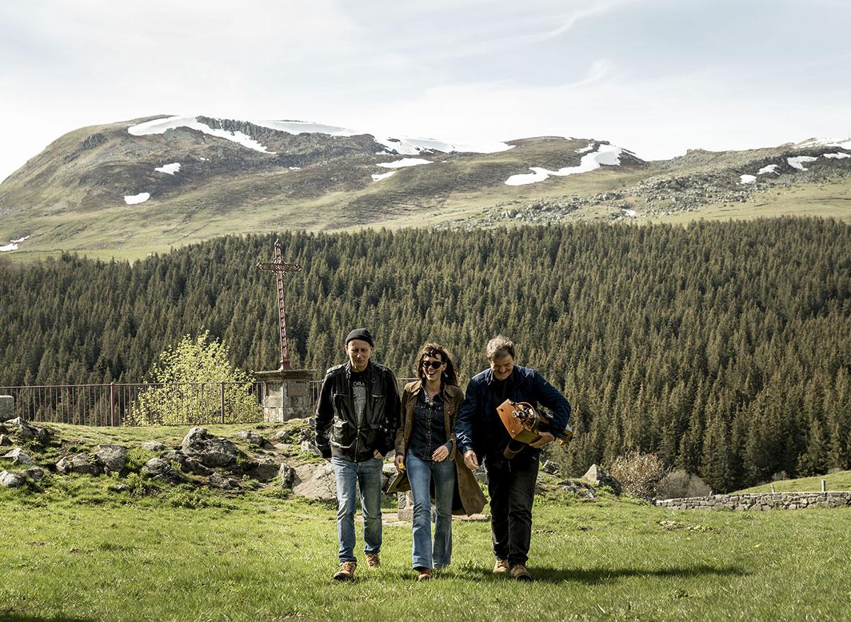 Groupe de musique, vue sur la montagne enneigée