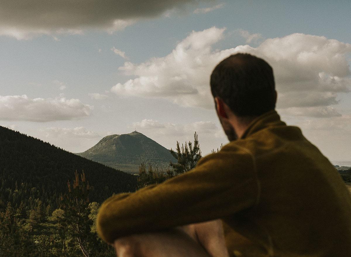 Marcheur regardant le Puy-de-Dôme